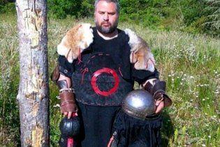 Мужчина в костюме рыцаря издевался над своей дочерью
