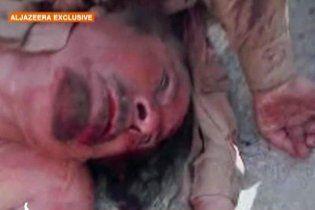 Шокирующее видео: полуголый труп Каддафи волочат по улице