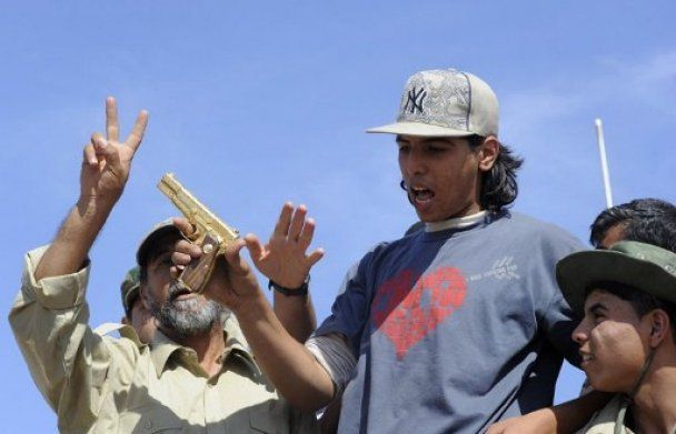 18-річний лівієць стверждує, що вбив Каддафі та забрав у нього золотий пістолет