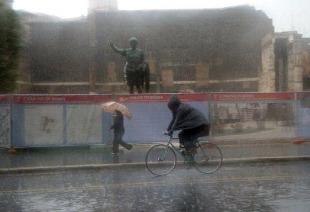 Рим затопило: туристы гуляли по городу по колено в воде