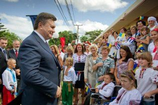 Янукович раздал бразильским украинцам бандуры за любовь к борщу
