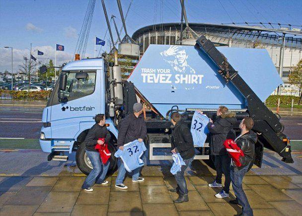 Болельщики Манчестера выбросили Тевеса на помойку (видео)