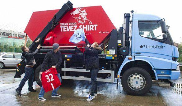 Вболівальники Манчестера викинули Тевеса на смітник_3