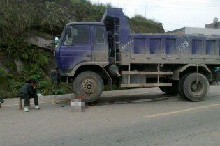 Водій вантажівки розчавив хлопчика, а потім переїхав ще раз, щоб напевне