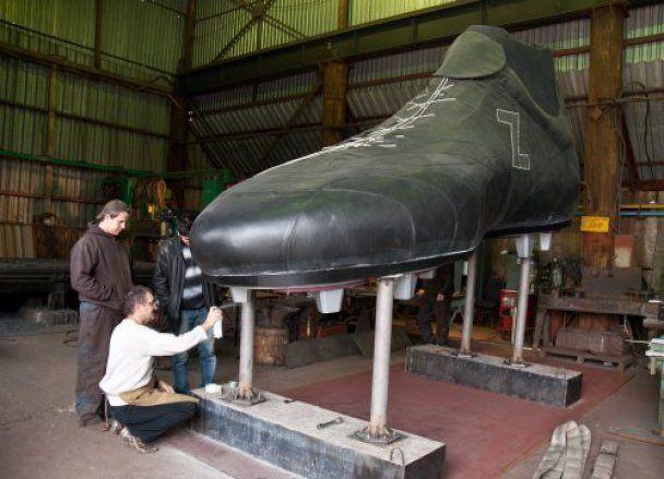 Запорожский мастер сшил 5-метровую супербутсу
