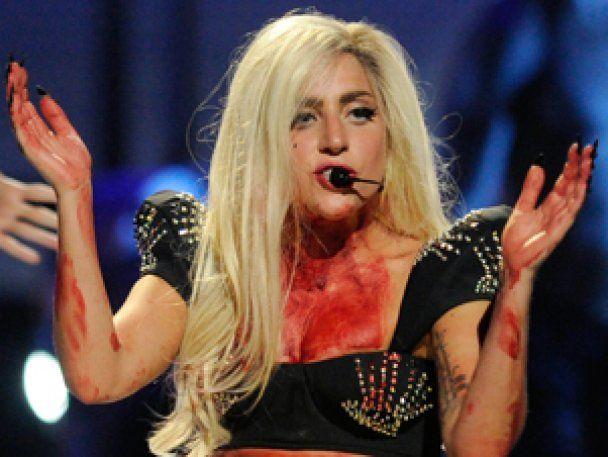 Королева збочень Lady Gaga змушує бойфренда прикидатись вампіром