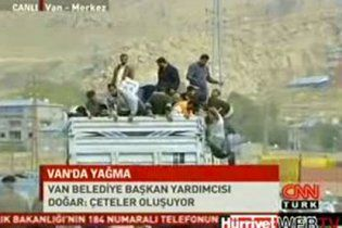 Мародери в Туреччині розграбували вантажівку з гуманітарною допомогою (відео)