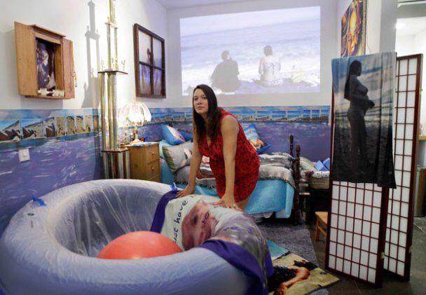 Художниця народжувала у скляній кімнаті на очах у відвідувачів галереї