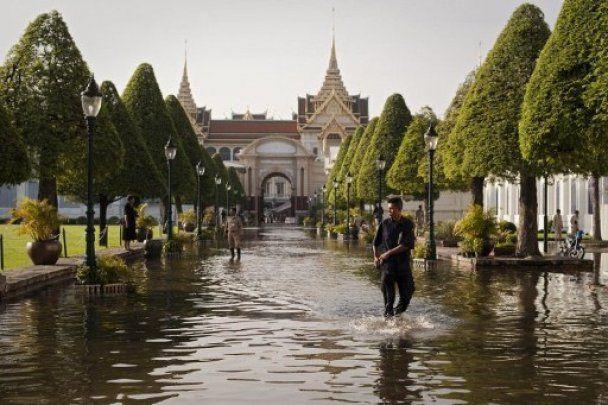 Бангкок уходит под воду: люди в панике покидают город