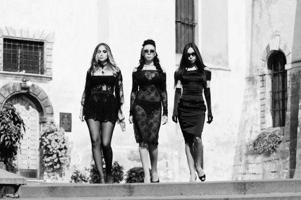 Соблазнительные мстительницы из XS показали эротику на кладбище