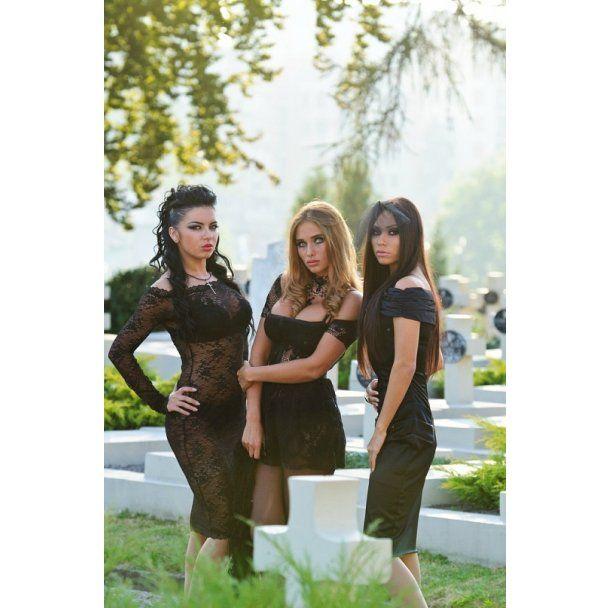 Тріо сексапільних месниць з XS показали еротику на кладовищі
