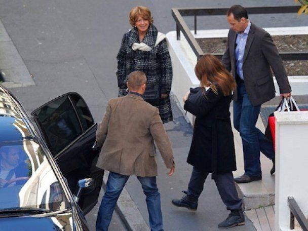 Папарацци поймали Карлу Бруни с дочерью на руках