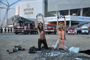 """Оголені FEMEN не пускали VIPів на відкриття """"Арени Львів"""" (відео)"""