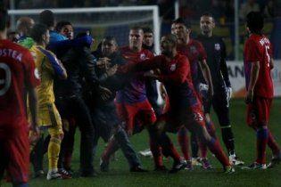 Фанати-варвари зірвали футбольний матч у Румунії (відео)