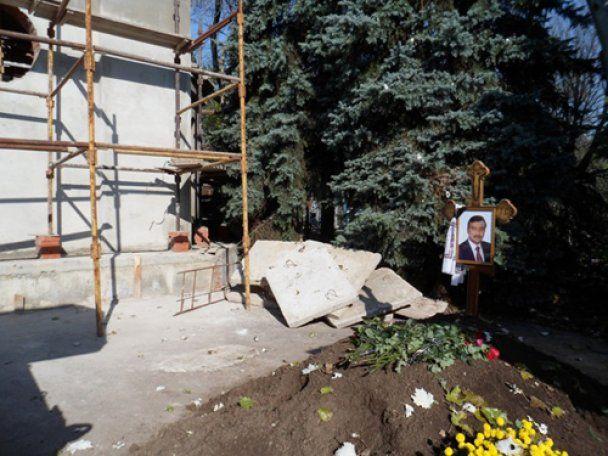 Невідомі ночами розкопують могилу Джарти