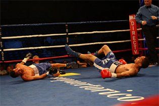 Боксери одночасно відправили один одного в нокдаун