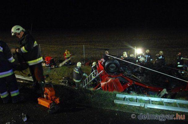Масштабна ДТП в Угорщині: фура розчавила мікроавтобус