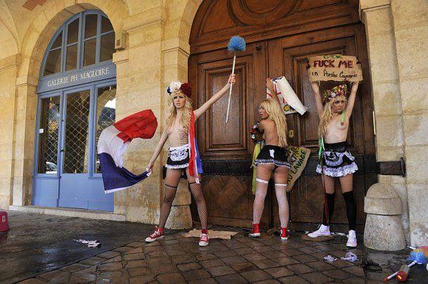 Євротур FEMEN: оголені дівчата влаштували секс-атаку в Парижі