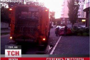 В Киеве неповоротливый мусоровоз протаранил две машины