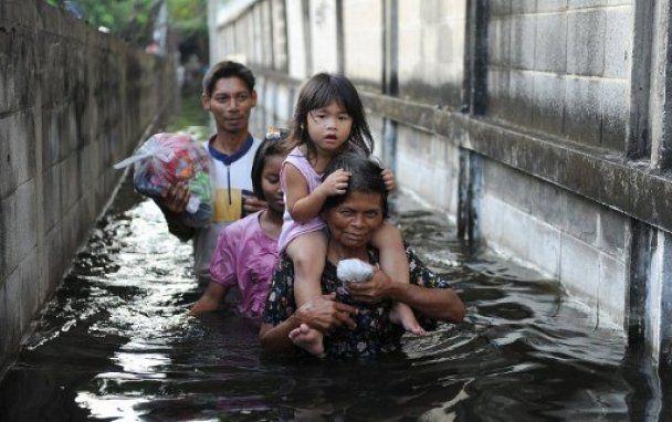 Жители Бангкока требуют открыть шлюзы, чтобы затопить город