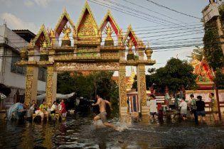 В Бангкоке вода затапливает все новые улицы через канализицию