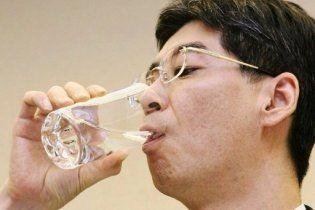 """Японский чиновник на спор выпил воды из лужи на АЭС """"Фукусима"""""""