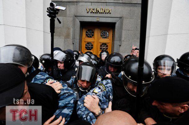 Чорнобильці знесли огорожу і штурмували Верховну Раду