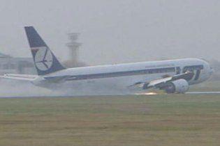 Польський Boeing, що не міг сісти, здійснив аварійну посадку без шасі