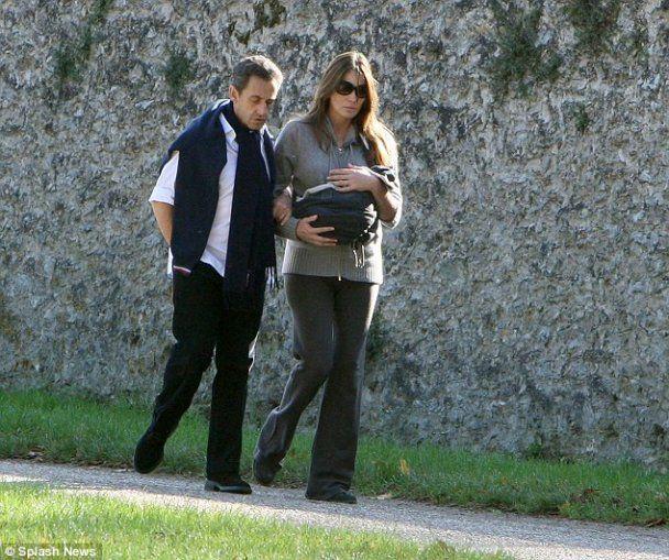 Перша публічна прогулянка Саркозі та Бруні з дочкою у Версалі