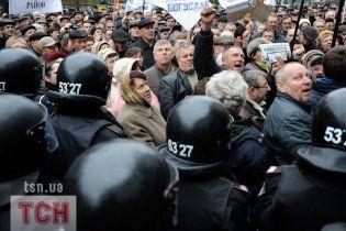 """Сотні чорнобильців прийшли """"допомогти"""" Азарову підняти їм пенсії"""