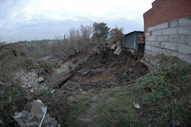 Зсувом грунту у Дніпропетровську розтрощило гаражі