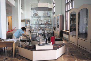 Черновецкий забрал из музея мэрии дорогие подарки