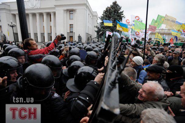 "Толпа под Радой забросала ""Беркут"" тыквами"