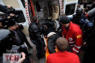 Міліціонера біля Ради вдарили кастетом, його забрали під крапельницею