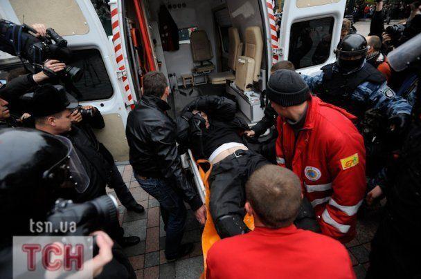 Избитому под Радой милиционеру выдали денежное вознаграждение