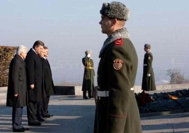 Янукович привітав ветеранів з річницею визволення Києва