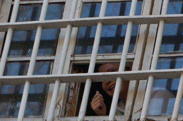 Тимошенко из-за решетки посылала воздушные поцелуи своим фанатам