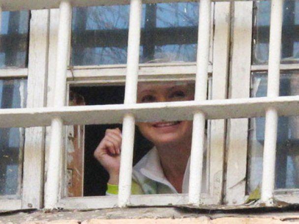 Тимошенко з-за ґрат посилала повітряні поцілунки своїм фанатам