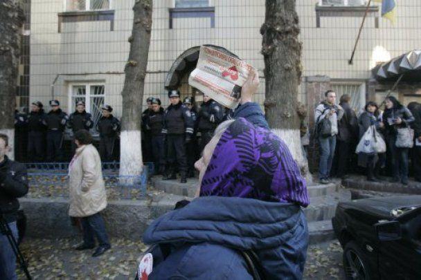 Митингующие принесли Тимошенко в СИЗО воздушные шарики