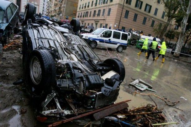Наводнение в Генуе: улицы завалены машинами, шесть человек погибли