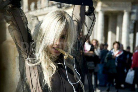 """Акція FEMEN """"Молот відьом""""_6"""