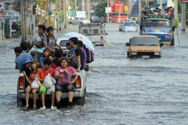 Сильнейшее за полвека наводнение добралось до центра Бангкока