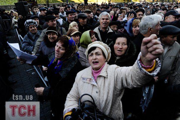 Сотни чернобыльцев под Кабмином требуют поднять им пенсии