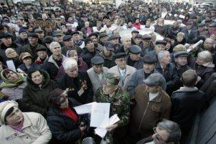 Под Кабмином снова собрались несколько сотен чернобыльцев