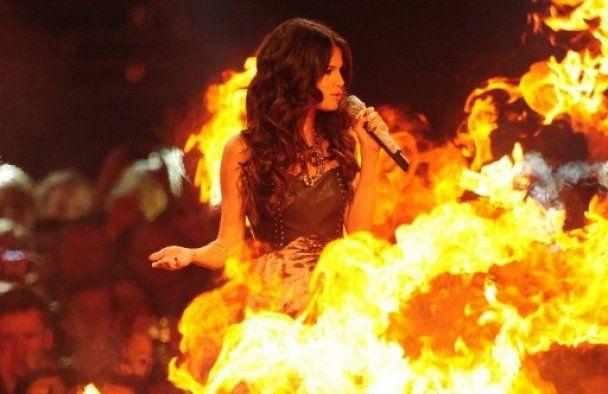 Леді Гага на колінах і голий чоловік на церемонії MTV EMA