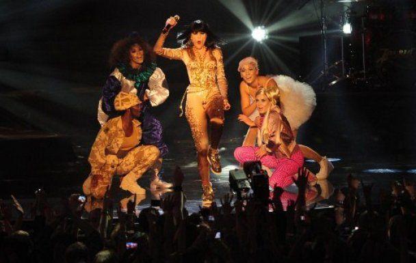 Леди Гага, огонь и обнаженные мужчины на церемонии вручения премии MTV