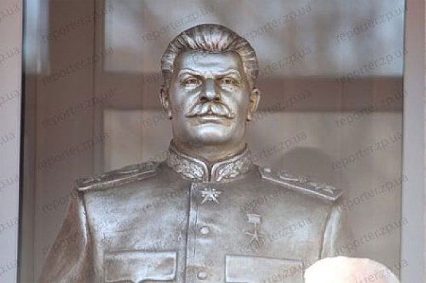 В Запорожье на открытии памятника Сталину побили журналиста