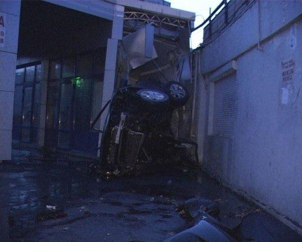 У Києві іномарка на швидкості злетіла в повітря і впала на людей