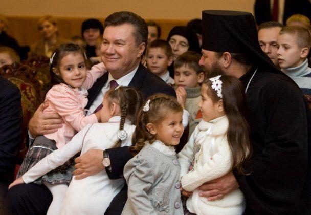 Янукович в Черновицкой области водил танки