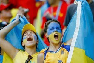 Українки масово стають футбольними вболівальницями